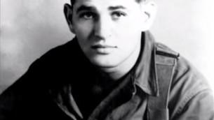 Tibor Rubin à l'époque où il était un jeune soldat américain pendant la guerre de Corée (Crédit : Capture d'écran YouTube)