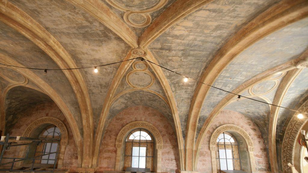 Les fenêtres hautes et extrêmement élevés et les plafonds voûtés de la chapelle (Crédit : Autorisation de Eldad Rafaeli)