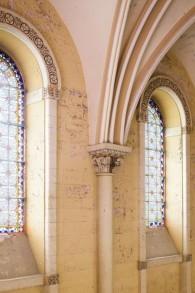 Les vitraux et les murs épais peints de l'ancien hôpital, avant la restauration (Crédit : Autorisation Amit Geron)