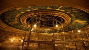 La restauration du dôme de la synagogue du Wilshire Boulevard. (Crédit : Dave Bullock)