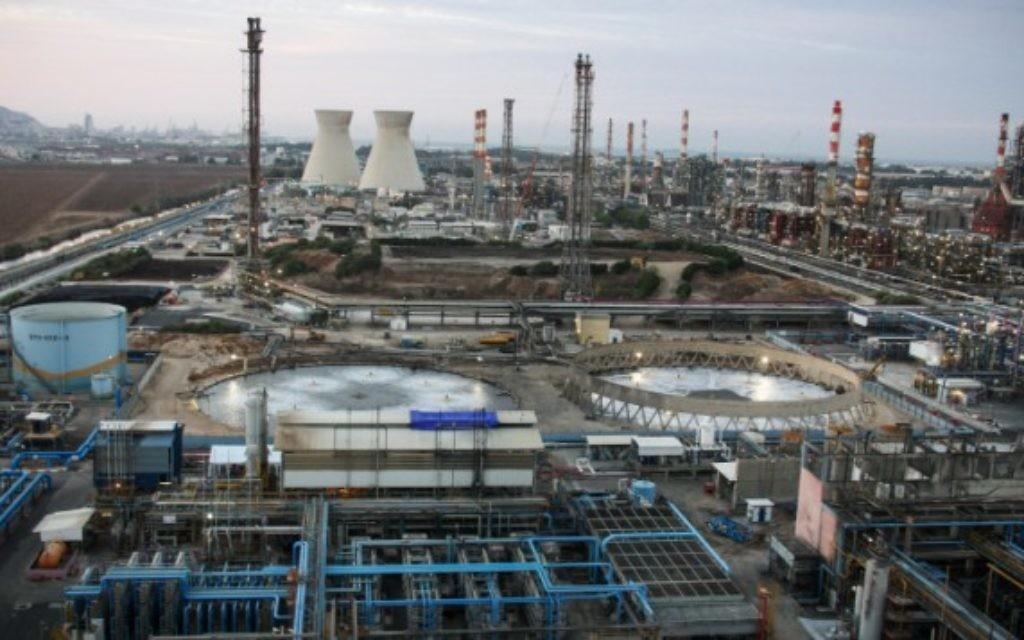 La zone industrielle de Haïfa. Illustration. (Crédit : Avishag Shaar Yashuv/Flash90)