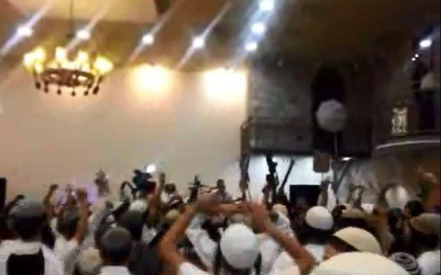 Des extrêmistes de droite juifs célébrant lors d'un mariage les meurtres de la famille Dawabsha (Capture d'écran: Dixième chaîne)
