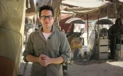 """Le réalisateur juif américain JJ Abrams sur le plateau de """"Star Wars, épisode VII"""" en mai 2014 (Crédit : Capture d'écran: YouTube / Star Wars)"""