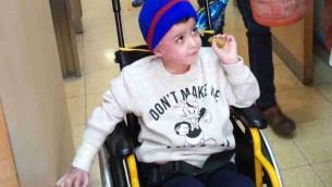 Ahmed Dawabsha dans sa chambre de l'hôpital Tel Hashomer, le 23 décembre 2015 (Crédit : Simona Weinglass/Times of Israel)