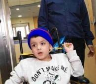 Hussein Dawabsha et son petit-fils Ahmed à l'hôpital Tel Hashomer, le 23 décembre 2015 (Crédit : Simona Weinglass/Times of Israel)