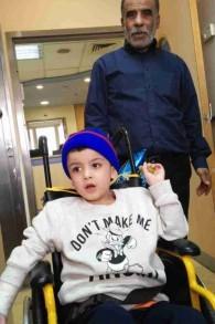 Hussein Dawabsha et son petit-fils Ahmed à l'hôpital Tel Hashomer, le 23 décembre 2015. (Crédit : Simona Weinglass/Times of Israel)
