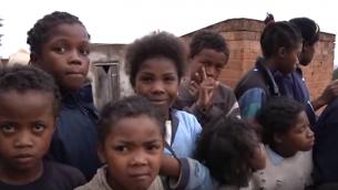 Des enfants d'Akamasoa, Madagascar (Crédit : capture d'écran YouTube)
