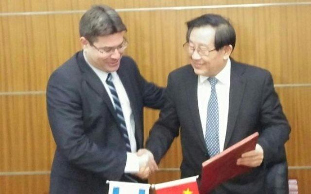 Les ministres des Sciences israélien Ofir Akunis et chinois  Wan Gang signent un accord de recherche commun à Pékin, le lundi 14 décembre 2015 (Photo: Ministère des Sciences, de la Technologie et de l'Espace)