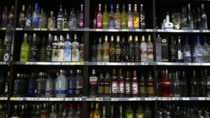 Alcools en vente dans un magasin de Petah Tikva, le 24 juin 2015. (Crédit : Nati Shohat/FLASH90)
