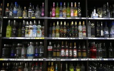 Illustration : Alcools en vente dans un magasin de Petah Tikva, le 24 juin 2015. (Crédit : Nati Shohat/FLASH90)