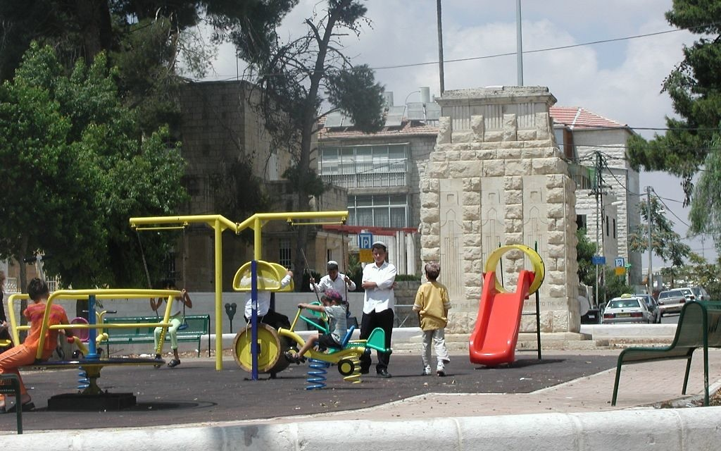 La place Allenby et une aire de jeux,  Jérusalem (Crédit : Shmuel Bar-Am)