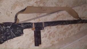 Une arme improvisée trouvée par les forces de sécurité dans une usine de matelas de Hébron, le 15 décembre 2015 (Photo: Porte-parole de Tsahal)