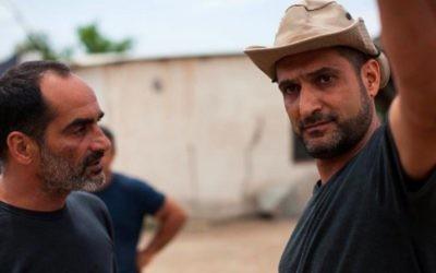 """Yuval Delshad (droite) avec Navid Negahban sur le plateau de """"Baba Joon."""" (Crédit : Yoray Liberman)"""