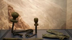 Artefacts des grottes de Bar Kochba dans le désert de Judée exposés au musée d'Israël Museum. (Crédit : Moti Tufeld)