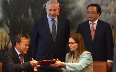 Le Premier ministre Benjamin Netanyahu et le vice Premier ministre vietnamien Hoàng Trung Hải lors de la signature d'un memorandum d'entente entre les deux pays, à la Knesset le 2 décembre 2015 (Photo: Kobi Gideon / GPO)