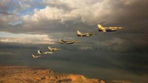 Des avions de combat israéliens et étrangers participent à un entraînement aérien dans un ciel nuageux au dessus du désert du Néguev pendant l'exercice «Blue Flag» à l'aérodrome d'Ovda près d'Eilat le 27 octobre 2015 (Photo: Armée de l'Air israélienne )