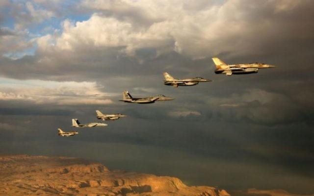 Des avions de combat israéliens et étrangers participent à un entraînement aérien dans un ciel nuageux au dessus du désert du Néguev pendant l'exercice «Blue Flag» à l'aérodrome d'Ovda près d'Eilat, le 27 octobre 2015. (Crédit : armée de l'air israélienne )