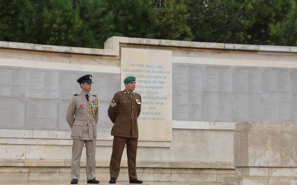 Une cérémonie commémorative au cimetière militaire britannique sur le mont Scopus à Jérusalem (Crédit : Shmuel Bar-Am)