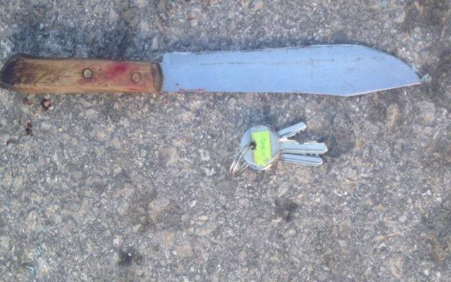Un couteau trouvé sur le corps d'un chauffeur palestinien qui a été tué alors qu'il tentait d'écraser des soldats de Tsahal à un point de contrôleà l'intersection de Halhul  au nord de Hébron, le 11 décembre 2015 (Crédit : Unité de porte-parole de Tsahal)