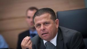 Président du comité des affaires économiques, le député Eitan Cabel (Union Sioniste), pendant une réunion du comité sur l'accord gazier controversé, 2 décembre 2015. (Crédit : Miriam Alster/Flash90)