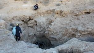 La grotte, située au sud de Beer-Sheva, dans laquelle les archéologues ont découvert le premier objet en plomb utilisé au Moyen-Orient (Crédit : Boaz Langford et Micka Ullman)