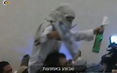 Un Israélien d'extrême-droite célébrant le meurtre de la famille Dawabsha (Crédit : capture d'écran Dixième chaîne)