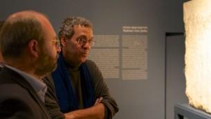 Le conservateur des sculptures grecques et romaines du British Museum Thorsten Opper (gauche) et le conservateur du musée d'Israël Museum pour l'archéologie hellénistique, romaine et byzantine David Mevorach, le 20 décembre 2015. (Crédit : Moti Tufeld)