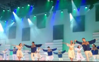 Des danseurs juifs sur la scène du festival Carmel de 2013 au Brésil, l'un des plus grands festivals de danse folklorique israélienne (Crédit : capture d'écran YouTube)