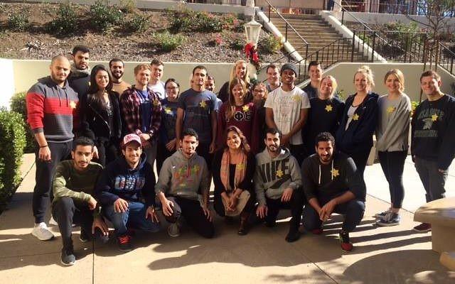 Bahar Davary (assise, au centre) et d'autres posent avec leurs étoiles jaunes. (Crédit : Facebook)