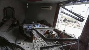 La maison de Mohammed Abu Shahin, démolie par les troupes israéliennes dans le camp de réfugiés de Qalandiya, près de Ramallah, le 16 novembre, 2015. Shahin a été accusé d'avoir tué un randonneur israélien en juin 2015 (Crédit : Flash90)