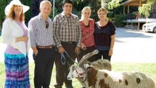 Gil et Jenna Lewinsky, au centre, avec Ed Fast, deuxième à gauche, et d'autres soutiens de leur ferme à Abbotsford, Canada. (Crédit : autorisation Gil Lewinsky)