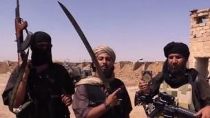 Des combattants de l'Etat islamique dans une vidéo produite par le groupe (Crédit : capture d'écran YouTube/VICE News)