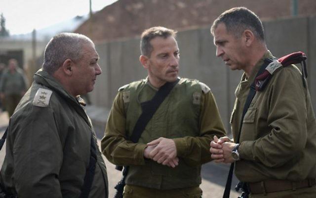 Le chef d'état-major de Tsahal Gadi Eizenkot, à gauche, parle avec le commandant de la Division de la Galilée Amir Baram et le commandant de la région nord Aviv Kochavi, lors d'une visite à la frontière nord d'Israël le 30 décembre 2015  (Crédit : Porte-parole de Tsahal)