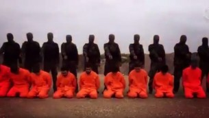 Capture d'écran de la vidéo mise en ligne le 7 décembre 2015, semblant montrer des rebelles syriens alignant des combattants de l'Etat islamique en vue d'une exécution en masse - avant de les épargner à la dernière minute et les emprisonner à  la place (YouTube)
