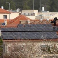 Une maison de Tzur Hadassah avec un système d'énergie solaire photovoltaïque installé sur le toit (Crédit : Nati Shohat / Flash90)