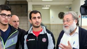 Solal avec des membres d'une équipe de football juifs et arabes (Crédit : courtoisie)