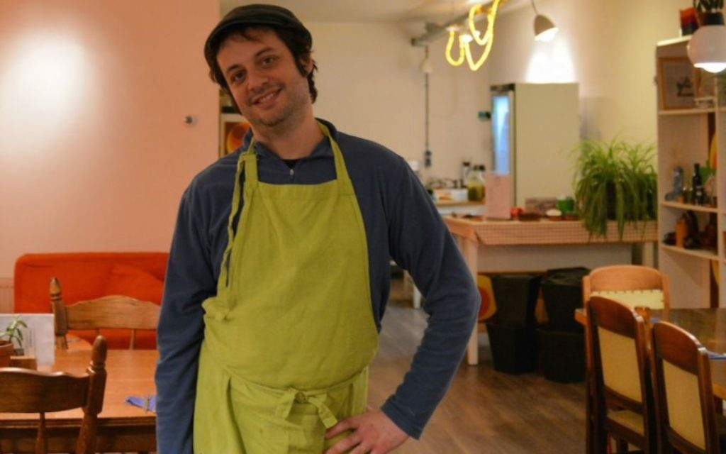 Yuval Gal dans son restaurant de houmous à La Haye. (Crédit : autorisation de Love & Peas/via JTA)