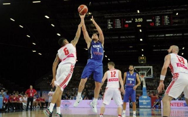 Le joueur israélien de basket-ball Gal Mekel (au centre) prend un coup pendant le match du Groupe A de qualification  entre la Pologne et Israël à l'EuroBasket 2015 à Montpellier le 9 septembre 2015 (Sylvain Thomas/ AFP )