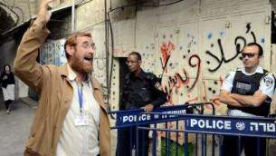 Yehouda Glick passe devant des agents de la police des frontières après avoir quitté le mont du Temple dans la vieille ville de Jérusalem, le 10 octobre 2013 (Sliman Khader / Flash90)