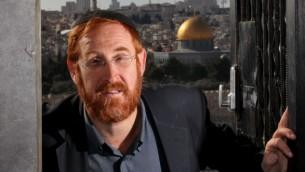Yehuda Glick devant une image du mont du Temple (Crédit photo: Yossi Zamir / Flash90)
