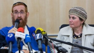 Yehudah Glick et son épouse lors d'une conférence de presse à l'hôpital Shaare Zedek à Jérusalem le 24 novembre 2014 (Crédit photo: Yonatan Sindel / Flash90)