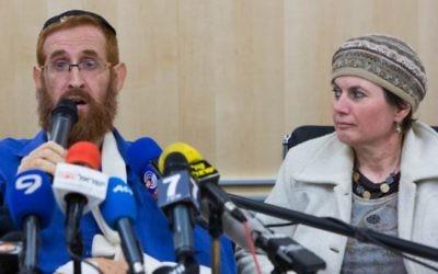 Yehuda Glick et son épouse lors d'une conférence de presse à l'hôpital Shaare Zedek de Jérusalem, le 24 novembre 2014. (Crédit : Yonatan Sindel/Flash90)