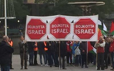Un manifestation pro-palestinienne et  anti-Israël à Göteborg, en Suède en 2015. Les panneaux disent en suédois 'Boycott Israël' (Crédit : Marianne Pleen Schreiber)