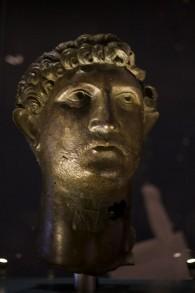 Une statue de bronze de l'empereur romain Hadrien, propriété du British Museum, prêtée au musée d'Israël. (Crédit : Moti Tufeld)