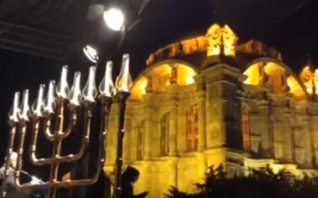 Une ménorah à Istanbul le 13 décembre 2015 (Crédit : capture d'écran YouTube)