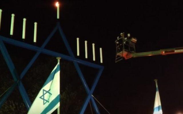 Le rabbin néerlandais Binyomin Jacobs allume une menorah géante à Maastricht, aux Pays-Bas, en 2013 (Crédit : capture d'écran YouTube)