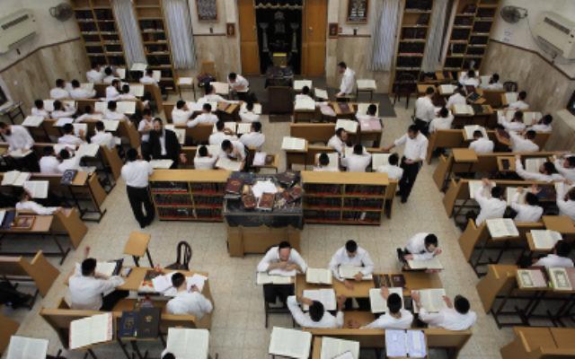 Pour les hommes haredim, l'étude de la Torah est l'occupation la plus glorifié (Crédit photo: Yaakov Naumi / Flash90)