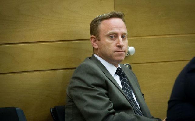 Ari Harow, ancien chef de cabinet du Premier ministre Benjamin Netanyahu pendant une réunion du Likud à la Knesset, le 24 novembre 2014. (Crédit : Miriam Alster/Flash90)