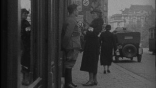 L'américaine Helen Baker face à un Nazi alors qu'elle essaie d'entrer dans un magasin juif de Vienne en 1938, comme vue dans un film du projet des films éphémères. (Crédit : US Holocaust Memorial Museum)