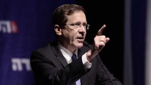Le dirigeant de l'Union sioniste, le député Isaac Herzog au congrès du groupe parlementaire à Tel-Aviv, le 8 novembre 2015 (Crédit : Tomer Neuberg / Flash90)